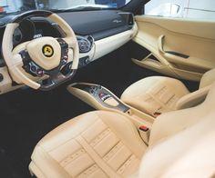 Zaglądamy do środka, a tam... wnętrze nie z tej ziemi. Ferrari = elegancja. #fotografiamotoryzacyjna