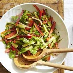 Chinesischer Tiger Salad - Dieser farbenfrohe, knackige Salat kommt aus dem Nordosten von China. Grüne und rote Paprikastreifen, Gurke und Frühlingszwiebeln werden mit einer scharfen Vinaigrette vermischt und mit frischem Koriandergrün bestreut. Wenn man einen gehaltvolleren Salat möchte, einfach noch Erdnüsse, Garnelen oder Tofu dazu.@ de.allrecipes.com