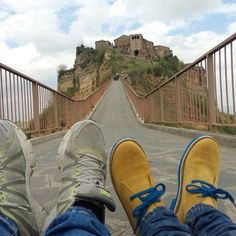 Ain't no mountain high enough. Marvin Gaye #Nicedayin Civita di Bagnoregio#pies #piedas #piedi #happyfeet #scarpe #shoes #selfeet #shoeselfie #footselfie #füße #live #ayaklar #feet #foot #trip #niceday #buonadomenica #fromwhereonestands #viaggi #globalyodel #MarvinGaye #holiday #civita #tuscia #ghosttown