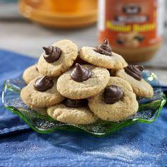 Härliga småkakor du enkelt bakar själv med jordnötssmör! Toppa kakorna med små klickar av krämig blandning av nutella och choklad.