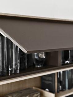 Salón colección C_DAY, Composición 01, Roble aserrado blanqueado, acabado laqueado mate gris perla y café, cristal al ácido café. Disponible en Manuel Lucas Muebles, Elche