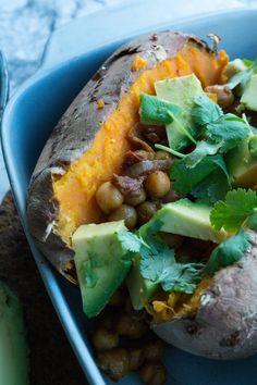 Sweet potato fyldt med kikærtefyld og toppet med avocado. Glutenfri, vegansk og lækkert!