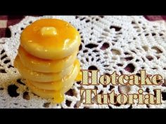 how to: miniature hotcakes Polymer Clay Miniatures, Polymer Clay Crafts, Minis, Food Sculpture, Kawaii Diy, Doll Food, Clay Food, Fake Food, Pasta Flexible