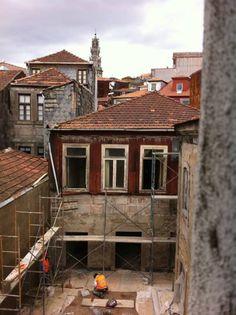 Era mais um apartamento a envelhecer na baixa do Porto e foi…
