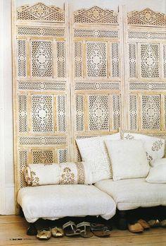 Living room: Bleached wood folding screen / via Elle Decor Elle Decor, Home Interior, Interior And Exterior, Bohemian Interior, Decoration Chic, Boho Decor, Indian Interiors, White Interiors, Moroccan Decor