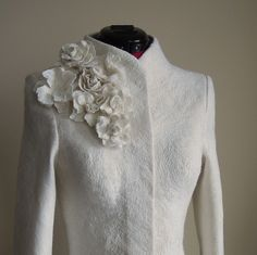 Warm elegant cashmere bridal coat for the winter wedding. Merino and Cashemere Wedding Jacket is per Mantel Elegant, Wedding Jacket, Cashmere Coat, Mode Outfits, Looking Gorgeous, The Dress, Marie, Jackets For Women, Winter Jackets