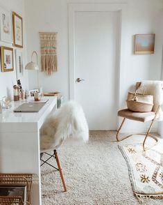 décoration de chambre ado en style bohème chic avec accessoires cocooning, aménagement bureau à domicile en blanc et or
