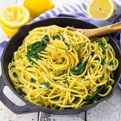 Super einfaches One Pot Pasta Rezept für Zitronenspaghetti mit Spinat. Nicht nur super lecker, sondern auch total einfach zuzubereiten!