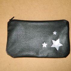 """Trousse à maquillage """"étoiles"""" en simili cuir noir souple doublé de coton gris à étoiles argentées"""