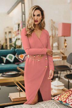 ¿Retro o contemporáneo? ¿Un look formal para boda o un outfit lleno de vida? ¿Sensualidad o comodidad? Con los vestidos de fiesta de la última temporada de Cherubina no tendrás que elegir: inspírate y apasiónate con la exuberancia de sus modelos. #vestidos #rosas #invitada #boda #fiesta #día #midi #look #tendencias #moda #Cherubina #bodascommx Look Formal, Look Fashion, Womens Fashion, Tulip Skirt, Georgette Fabric, Blush Pink, Wrap Dress, Neckline, Long Sleeve