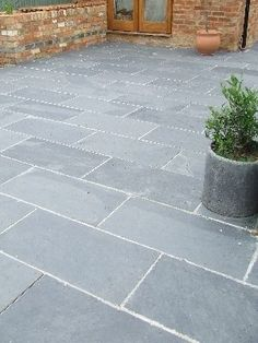 Patio Slabs for Style and Beauty of Your Garden Black/Grey Slate Paving Patio Garden Slabs Slab Tile - Images hosted Patio Steps, Patio Diy, Backyard Patio, Backyard Landscaping, Budget Patio, Slate Paving, Paving Slabs, Bluestone Paving, Brick Pavers