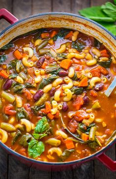 Loaded with flavor, this Italian Minestrone Soup is healthy, comforting, and delicious! recipes Italian Minestrone Soup - Baker by Nature Italian Minestrone Soup Recipe, Vegetarian Minestrone Soup, Olive Garden Minestrone Soup, Olive Garden Soups, Italian Soup Recipes, Crockpot Recipes, Cooking Recipes, Vegetarian Recipes, Antipasto