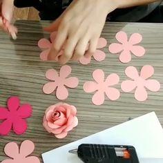 Raphi Paper Flower Wreaths, Large Paper Flowers, Tissue Paper Flowers, Paper Flower Backdrop, Felt Flowers, Flower Crafts, Diy Flowers, Fabric Flowers, Flower Diy