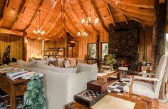 Localizado na Reserva Biológica Huilo Huilo, no começo da selva patagônica, o hotel une luxo e roman... - Divulgação