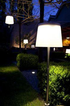 Gacoli tuinlampen slaan dankzij de EMU (Energy Management Unit) energie uit daglicht op in een batterij. De EMU module bestaat uit zonnecellen, een batterij en warm witte LED-verlichting. Hierdoor zijn de lampen volledig draadloos en makkelijk te verplaatsen. Solar Licht, Terrace Design, Garden S, Outdoor Lighting, Lamp Light, Lighting Design, Floor Lamp, House Design, Patio