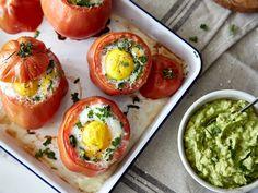 Frühstück deluxe: Gefüllte Tomaten mit Spiegelei und Avocado