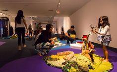 O artesanato lúdico do grupo convida o público infanto-juvenil a conhecer melhor a cultura brasileira e muitas outras. Entrada é Catraca Livre.