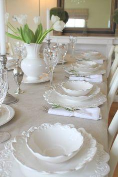 Dresser La Table, White Dishes, White Plates, Thanksgiving Table Settings, Beautiful Table Settings, White Cottage, Deco Table, Decoration Table, Place Settings