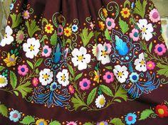 UN NUEVO REFAJO DE EXTREMEÑA CON LA CARACTERÍSTICA FLOR DE JARA Pasaloda Raggedy Ann, Folk Embroidery, Murcia, Vera Bradley Backpack, Traditional Outfits, Line Art, Textiles, Costumes, Clothes For Women