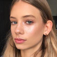 "546 Likes, 19 Comments - Sarah Redzikowski (@beautybysarah) on Instagram: ""Pretty @evebbelle Makeup Details: #becca Shimmering Skin Perfector Liquid in Champagne Pop under…"""