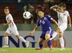 サッカーAFC女子アジアカップ(2014 AFC Women's Asian Cup)グループA、日本対ヨルダン。ボールを競る日本の猶本光(Hikaru Naomoto、中央、2014年5月18日撮影)。(c)AFP/HOANG HUNG ▼19May2014AFP|なでしこジャパンがW杯出場権獲得、女子アジア杯準決勝へ http://www.afpbb.com/articles/-/3015213 #2014_AFC_Womens_Asian_Cup