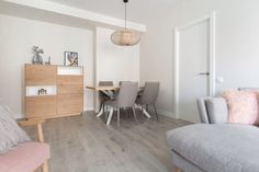Comedor de diseño moderno con madera, blanco y gris.  Aparador alto para almacenar vajillas. Proyecto de R de Room. #rderoom #comedoresmodernos #comedoresdelujo #comedores #diningroom #diningroomdecor #madrid Modern Dining Rooms, Modern Lounge, Interiors, Projects