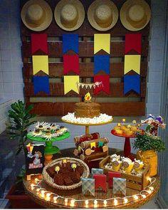 """351 curtidas, 13 comentários - Por Simone Rodrigues  (@piradaemfesta) no Instagram: """"Festa Junina tem que ter gostinho de quero mais. Olhem que mesa linda que vimos no IG @queridadata…"""" Decor Crafts, Diy And Crafts, 1 Year Old Birthday Party, Kalter Winter, Hispanic Heritage Month, Housewarming Present, Happy Party, Party Decoration, Tropical Party"""