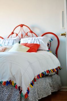 Spray painted iron bed plus Anthropologie inspired duvet cover like this colorful tassel trimmed one using two sheets and embroidery floss. This DIY duvet cover is inexpensive to make but packs a serious decorative punch! Diy Home Decor For Apartments, Diy Home Decor Projects, Decor Ideas, Sewing Projects, Fun Projects, Art Ideas, Upcycling Projects, Decorating Ideas, Diy Décoration