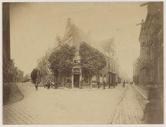 Winkelpand van tabak- en snuifhandel 'De Merkuur', op de hoek van de Barteljorisstraat en de Zijlstraat. Opvallend is het gebruik van een groothoekobjectief door de fotograaf. Foto 1880