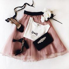 Notre look coup de coeur de la journée !   T-shirt Emelia Jupe Armine Souliers Caprier noir Sac Reggada #Boutique1861