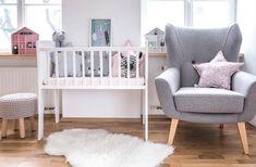 Kołyska - mini-łóżeczko to niezwykle stylowe miejsce snu dziecka w pokoju rodziców przez pierwsze miesiące jego życia. Niewielkie rozmiary pozwalają zmieścić kołyskę nawet w niedużej sypialni lub dostawić do łóżka rodziców, dzięki czemu dziecko łatwiej zasypia. Dzięki swej stabilnej konstrukcji jest bardzo bezpieczna. Cribs, Toddler Bed, Kids Rugs, Furniture, Home Decor, Cots, Child Bed, Decoration Home, Bassinet
