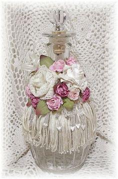 Vintage romántico inspirado Botella Decorada a Mano y portavelas! Bottle Box, Diy Bottle, Wine Bottle Crafts, Jar Crafts, Bottle Lamps, Shabby Chic Crafts, Vintage Shabby Chic, Shabby Chic Style, Shabby Chic Decor