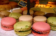 Macarons in a pâtissierie  Link for Macaroon History : Italian and Frech  windowhttp://www.bonjourparis.com/story/paris-macarons-laduree-pierre-herme-gerard-mulot/
