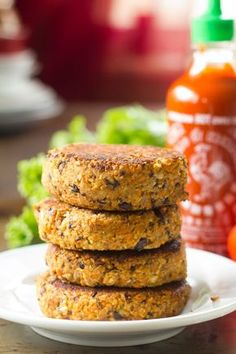 These hearty vegan tempeh burgers are flavored with spicy sriracha sauce and a touch of sweet maple syrup. Tempeh Burger, Vegan Burgers, Vegan Vegetarian, Vegetarian Recipes, Cooking Recipes, Vegan Raw, Vegan Pizza, Tofu Recipes, Burger Recipes