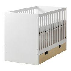IKEA - STUVA, Tremmeseng med skuffer, Sengebunden kan monteres i 2 forskellige højder.Den ene side kan afmonteres, når barnet bliver større og selv kan kravle op i eller ud af sengen.Nu kan sætte STUVA skuffer under tremmesengen. De sælges separat og fås i forskellige farver, der matcher stilen på dit barns værelse.