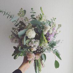 優しい雰囲気のお花に2種類のユーカリなど色々なグリーンを合わせたナチュラルクラッチブーケ。優しい香りがします…