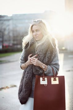 Love the look, the sweater , the fur scarf, the bag