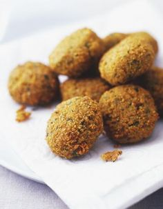 Falafels au four. Falafel is a tasty treat made from chickpeas and a shed load of herbs and spices. The Middle Eastern delicacy can be pretty costly to buy from the supermarket which is why we're going to show you how. Falafels, Sweet Potato Falafel Recipe, Galette Recipe, Vegan Recipes, Cooking Recipes, Mediterranean Recipes, Quinoa, Love Food, Gluten