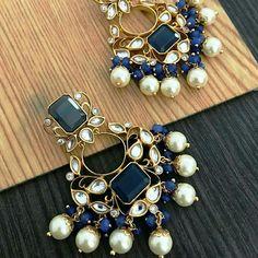 Gorgeous kundan earrings from Indian Jewelry Earrings, Indian Jewelry Sets, Diy Jewelry Necklace, Jewelry Design Earrings, Indian Wedding Jewelry, Gold Earrings Designs, Jewelery, Indian Accessories, Jhumki Earrings