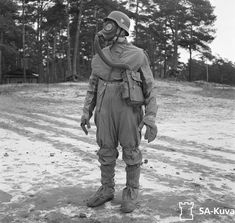 A soldier shows off gas attack equipment. After Finnish forces were able to buy arms and equipment from Germany, eventually cooperating to battle the Soviets together. Military Photos, Military History, Rare Historical Photos, German Army, Panzer, Cold War, Akita, World War Ii, Germany