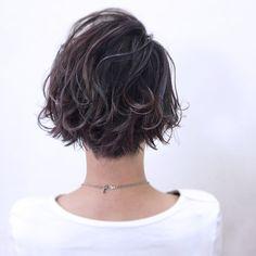 40代の髪型はボブがおすすめ☆大人女性に似合うボブをスタイル別にご紹介♡ | folk Short Permed Hair, Wavy Hair Men, Edgy Hair, Permed Hairstyles, Summer Hairstyles, Short Hair Cuts, Popular Short Haircuts, Hair Arrange, Long Pixie