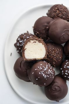 Chocolate Covered Treats, Chocolate Covered Cherries, Chocolate Bomb, Salted Chocolate, Melting Chocolate, Chocolate Strawberries, Candy Recipes, Dessert Recipes, Baker Recipes