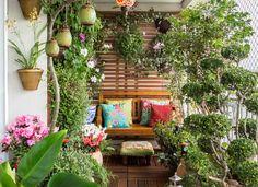 No jardim, criado pela paisagista Ivani Kubo, vasos enfileirados e jardim vertical preenchem o espaço sem prejudicar a passagem para o banco de madeira (Foto: Alan Teixeira/Divulgação)