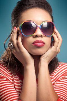Quer que seu batom brilhante tenha uma aparência fosca sem ter que comprar um novo? Aplique corretivo antes de usá-lo.
