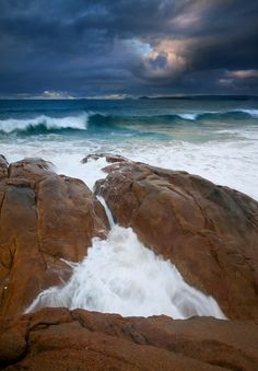 ✮ Major Waves hitting the rocky shores of the Knights Beach on the Fleurieu Peninsula beneath stomy skies