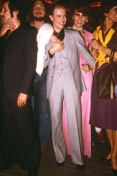 Super Seventies - David Bowie at Studio 54 fashion icon suit pink dress - Angela Bowie, David Bowie, Anthony Kiedis, Lauryn Hill, Disco Fashion, 70s Fashion, Fashion News, Latest Fashion, Mick Jagger