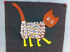 Lapjes kat groep 3/4 Weven op een kartonnetje met repen stof. Daarna er af halen en op een lap stof plakken. Kop, poten en staart zijn van papier gemaakt