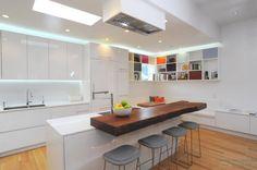 aménagement cuisine blanche épuré avec bar rustique en bois brut