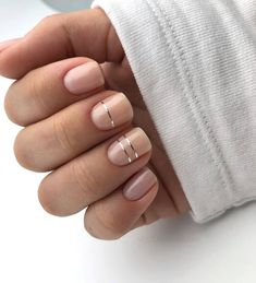 False nails have the advantage of offering a manicure worthy of the most advanced backstage and to hold longer than a simple nail polish. The problem is how to remove them without damaging your nails. Minimalist Nails, Wedding Nail Polish, Wedding Nails, Short Gel Nails, Short Nails Art, Work Nails, Nail Polish Designs, Nail Art Designs, Lines On Nails
