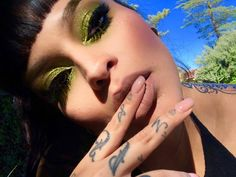 *jaw drops* 😱😻💚💦 wearing GOALZ shadows alllll over her eyes! Making all of our metallic dreams come true! Edgy Makeup, Cute Makeup, Makeup Inspo, Makeup Inspiration, Makeup Looks, Makeup Style, Kiss Makeup, Makeup Art, Beauty Makeup